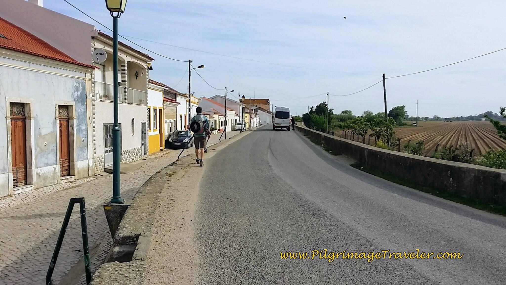 Río Tejo Dike Through Town