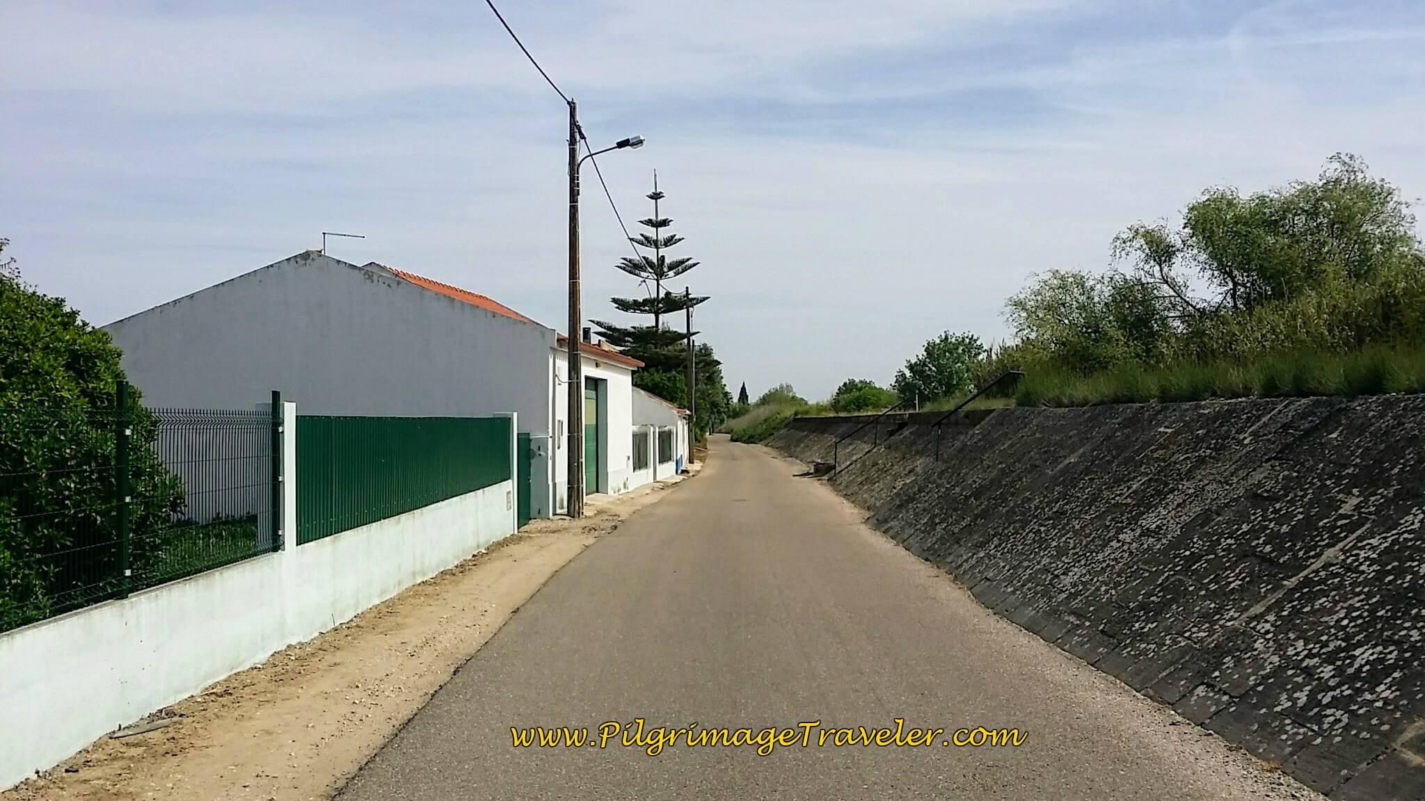 Rua Cova da Onça Along the Tejo River
