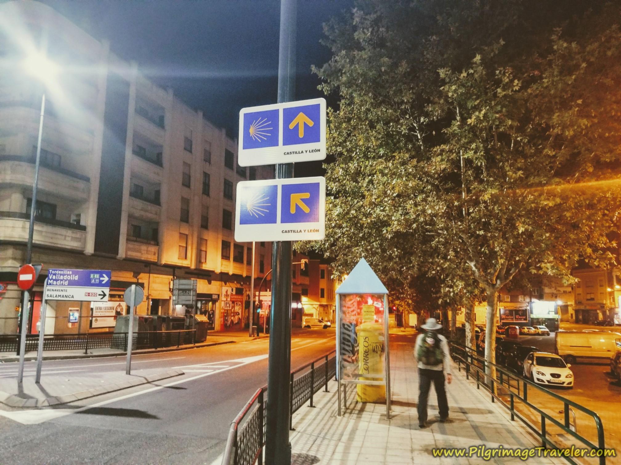 Confusing Double Arrow on the Vía de la Plata from Zamora to Montamarta